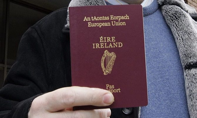 Irish_passport_hand_rollingnews